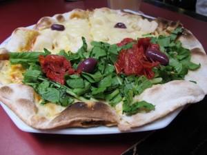 Pizza auf dem Markt: Vorne mit Ruccola, hinten mit Palmita. Bild: Doris N.