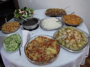 Familienbuffet: Einiges davon ist sogar für VegetarierInnen essbar. Bild: Doris N.