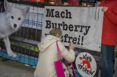 Burberry_Demo_Wien_005