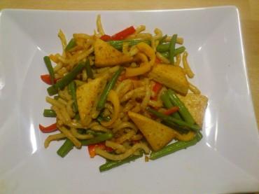 Gebratene Udon-Nudeln mit Tofu (vegan)