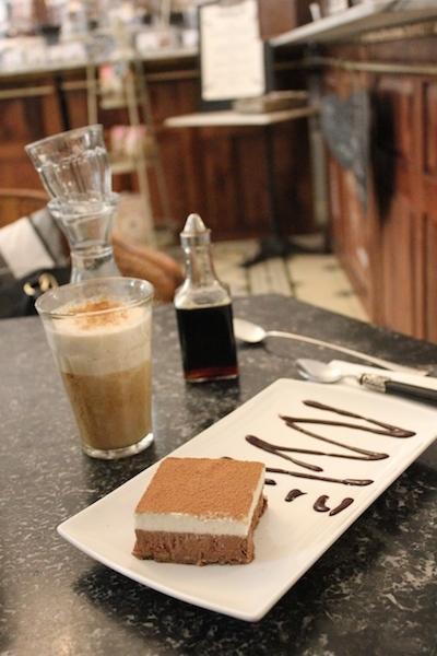 Tiramisu und Caffè Latte in der simply raw bakery