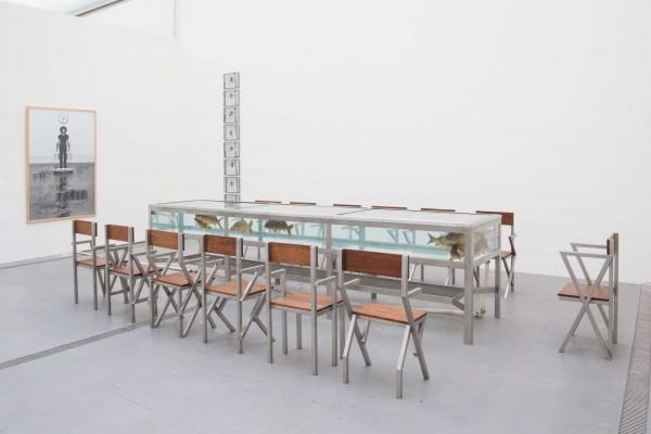 Klaus Rinke, Freitagessen, 1987, Wassertisch (mit 12 Karpfen), 13 verschieden konstruierte Stühle, Lichtuhr   © Photo by Reinhard Haider
