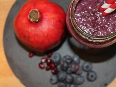 Roter Power-Smoothie mit Granatapfel