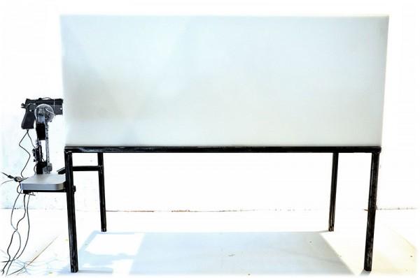 Bild: Stahlkonstruktion, Box aus Polyethylen, Servomotoren, Ardiuno Board, Webcam, Paintballwaffe, lebende Ratte (hier nicht sichtbar) 2015, 195 x 60 x 145 cm | © Florian Mehnert