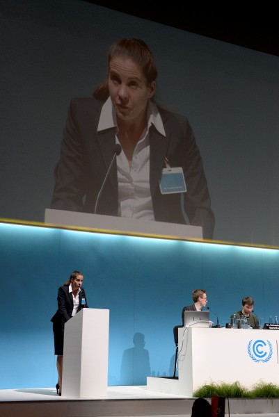 Deutsches SchauSpielHaus Hamburg: »Welt-Klimakonferenz« von Rimini Protokoll. Auf dem Foto von links: Ute Hannig, Dr. Florian Rauser, Dr. Sebastian Sonntag © Aysegül Suna / Kunstschule Wandsbek