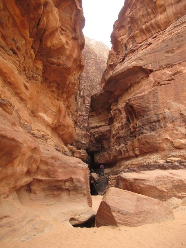 Die steinige Wüste und mittendrin der Mensch. Foto: Doris