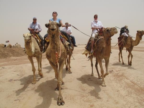 Zuvor hatte ich mit den KollegInnen noch einen Heidenspaß auf den Kamelen. Foto: Doris