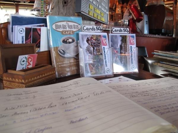Postkarten und ein Gästebuch im Last Bus Café. Foto: Doris