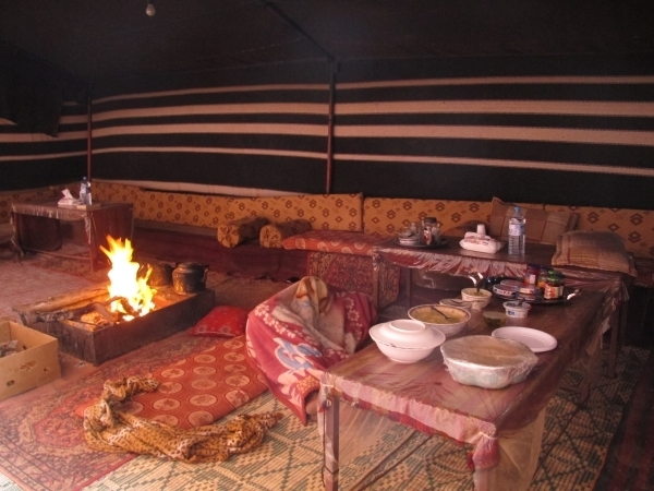 Abends und morgens wurden wir mit Tee, Keksen und Lagerfeuer empfangen. Richtiges Abendessen gab es dann später. Foto: Doris