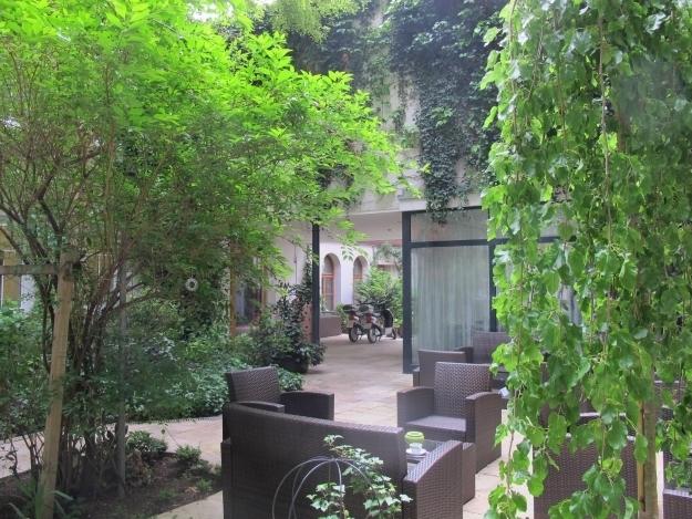 Der grüne Garten samt E-Velos zum Ausleihen. Foto: Doris