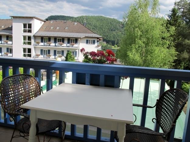 Jedes Zimmer ist mit einem Balkon ausgestattet - meiner sogar mit Seeblick, wobei Letzterer etwas enttäuschend ist. Foto: Doris