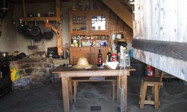 Blick in die Küche der 2003 neu gebauten Hütte. Die Alte war abgebrannt. Foto: Doris