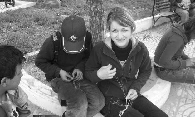 Armbändchen knüpfen: Dabei entstanden viele Gespräche mit den Kindern. Foto: Cisol Suiza