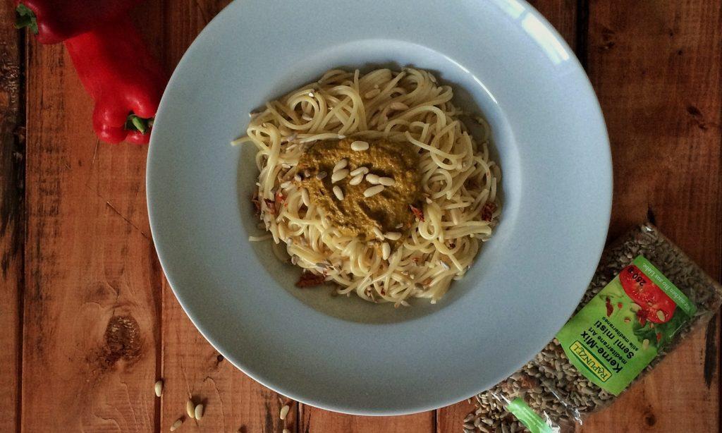 Ruccula-Paprika-Pesto mit Kerne-Mix.